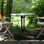 Suche nach dem Sinn: 2 Stühle und ein Tisch im Wald