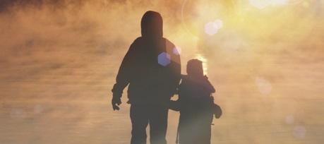Erwachsener und Kind gehen Hand in Hand