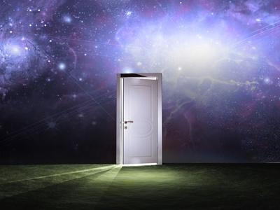Tür vor einem weltraumähnlichen Hintergrund öffnet sich.