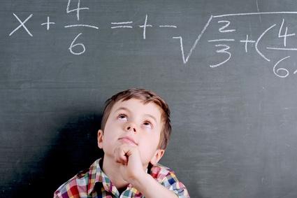 Hochbegabtes Kind an der Tafel mit Rechenaufgabe
