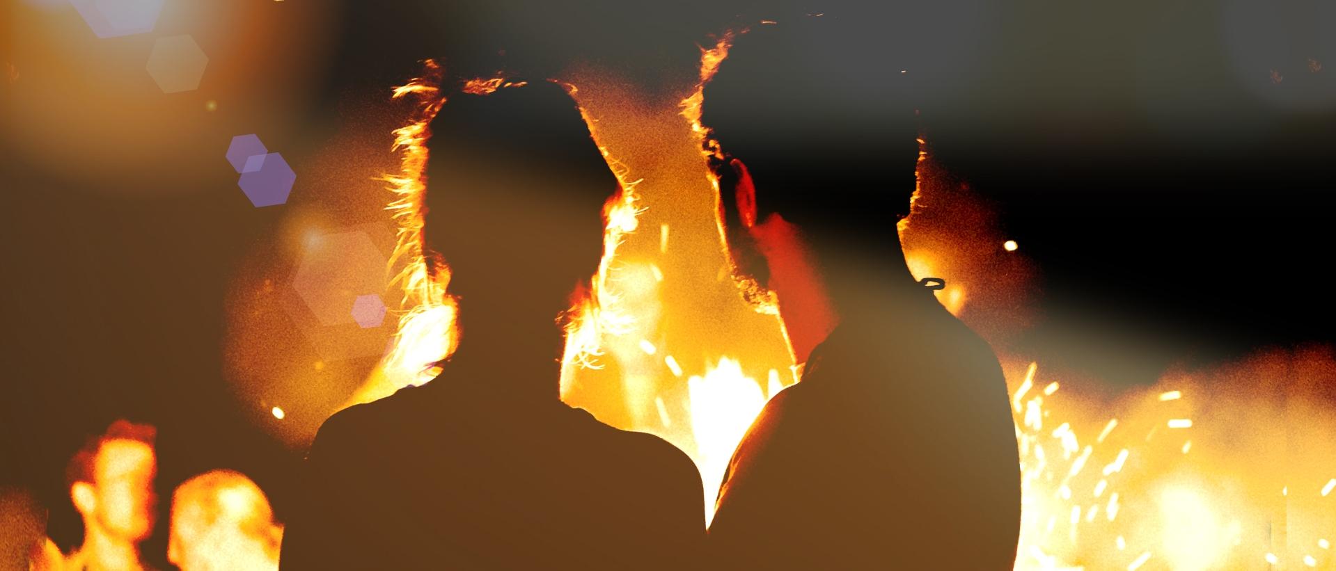 Thema Beziehung - Paar blickt ins Feuer