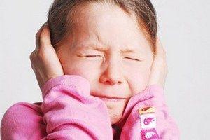 Hochsensibles Mädchen hält sich die Ohren zu