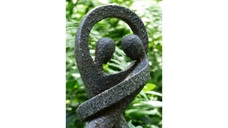 Skulptur von zwei Menschen, die sich in Liebe umarmen