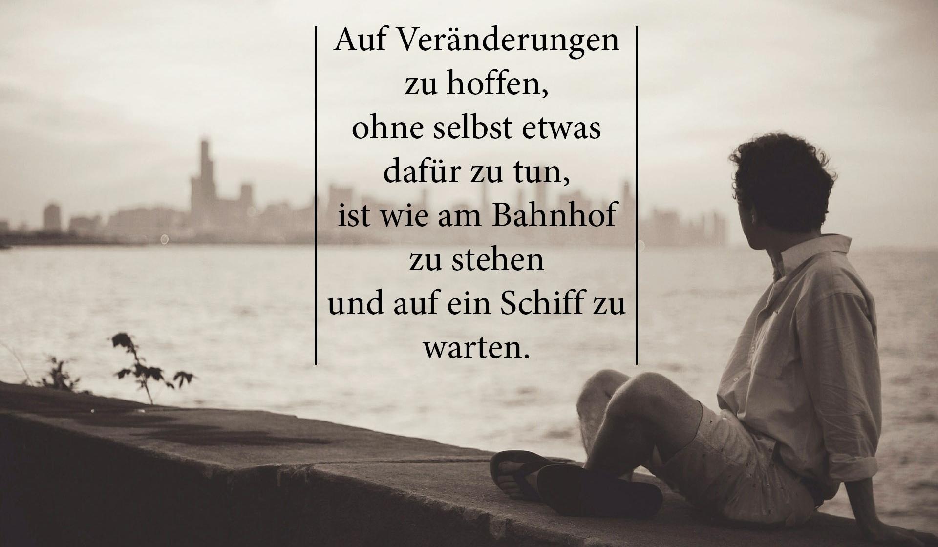 Mann auf Mauer und Zitat zum Wünschen / Hoffen.