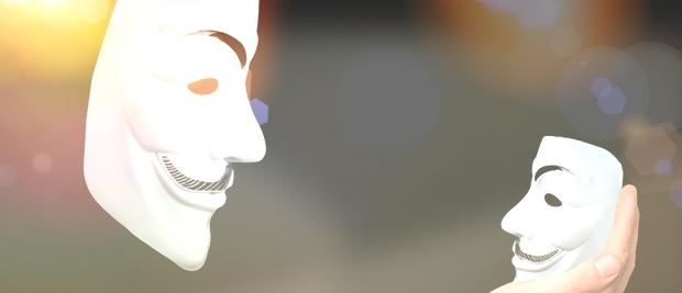 Zwei Masken schauen sich an.