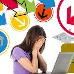 Frau am Laptop, viele bunte Pfeile um sie