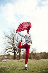 Frau mit Tuch in der Luft