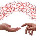 Zwei Hände zwischen denen Herzensenergie fließt