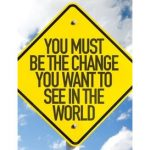 You must be the change you want to see in the world. Text auf Schild.