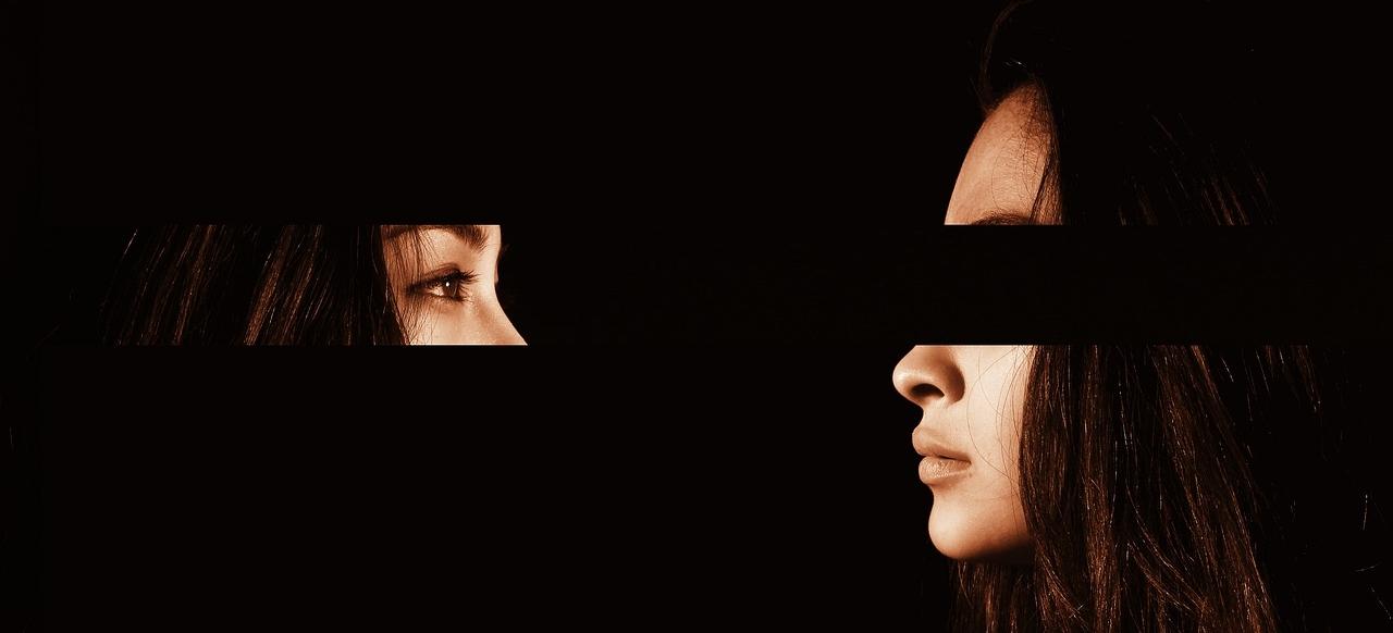 Frau mit Augenbinde schaut auf ihre Augen ohne Augenbinde.